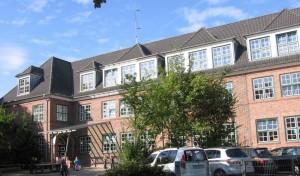 Die Grundschule Kirchwerder vom Schulhof aus gesehen.